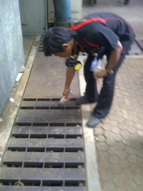 Abatisasi pada tempat-tempat air di Rumah Sakit Dharmais oleh Biosis